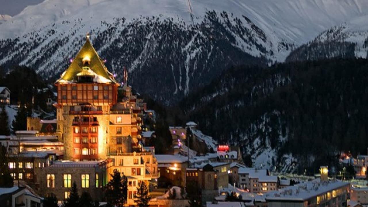 <h2>Spezialitäten und Kurioses</h2> ... oder bei Nacht. St. Moritz bietet seinen Besuchern Spezialitäten und Kurioses. (Foto: flickr.com/ForsterFoto)
