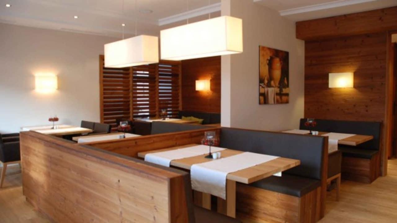 <h2>Das Esszimmer</h2>Ein typisches bayrisches Esszimmer: Robustes Holz, stabile Tische und leckeres Essen! (Foto: Hotel Drei Quellen Therme)