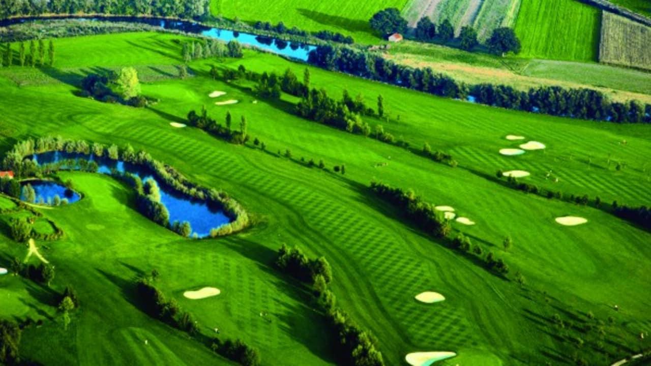 <h2>Golfclub Sagmühle</h2>Einer von sechs tollen Plätzen in Bad Griesbach ist der Golfclub Sagmühle! Das Hotel kann Ihnen jederzeit eine Tee-Time reservieren. (Foto: Hotel Drei Quellen Therme)