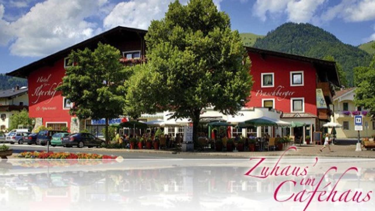 <h2>Café Praschberger</h2>Das Café ist täglich geöffnet – außer Montags ist Ruhetag! Flott, luftig, locker und leicht – unser Kaffeehaus überzeugt mit angesagtem Retro-Design in den warmen Farben Gelb, Rot und Braun, die den Räumlichkeiten eine absolute Wohlfühlatmosphäre verleihen. Im schönen Ambiente kann man nun untertags die hausgemachten Kuchenspezialitäten und abends ein Glaserl Wein, auch bei toller Live-Musik, genießen.