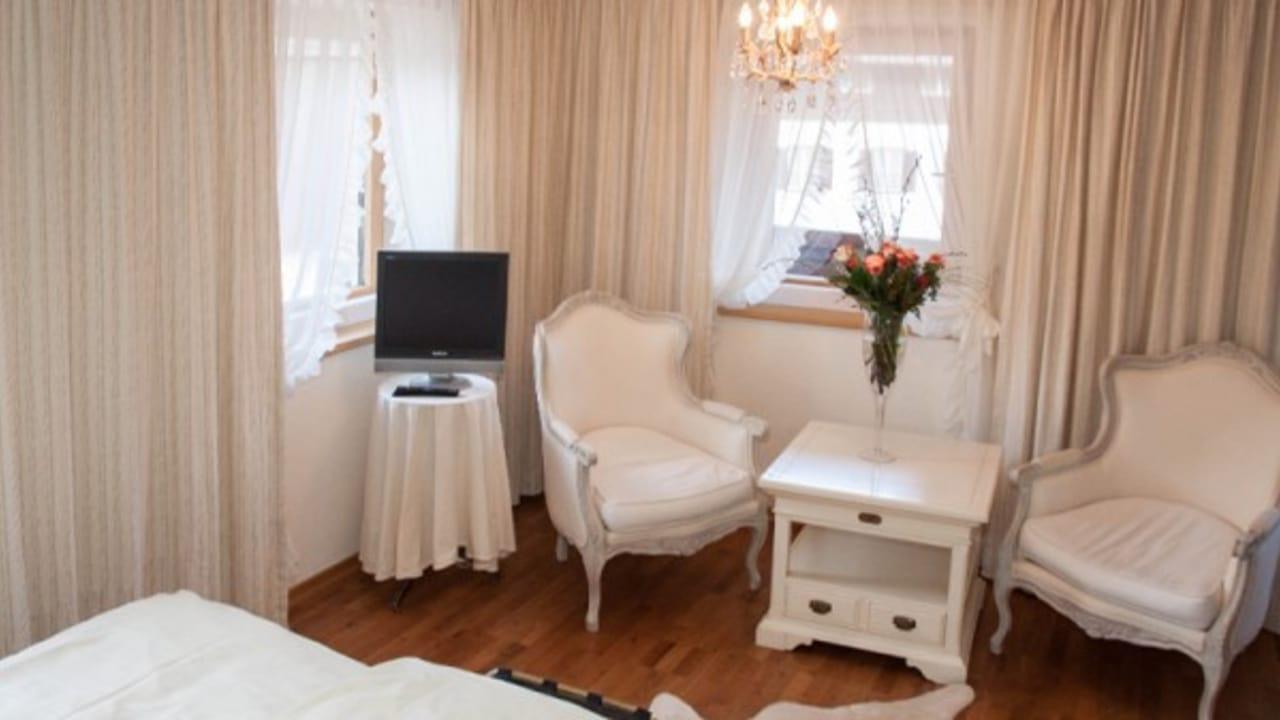 <h2>Abendstern</h2> Die Romantikdoppelzimmer Abendstern und Herzerlkammer sind mit viel Liebe zum Detail eingerichtet!