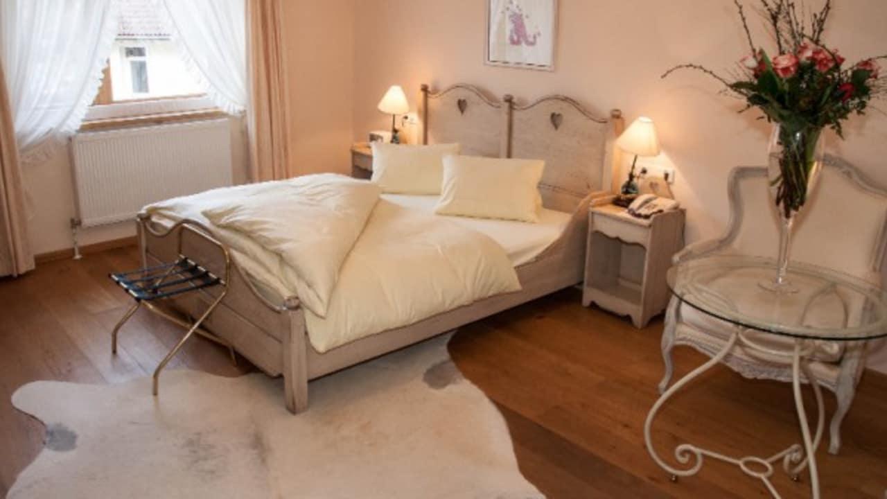 <h2>Herzlkammer</h2> Die Romantikdoppelzimmer Abendstern und Herzerlkammer sind mit viel Liebe zum Detail eingerichtet!
