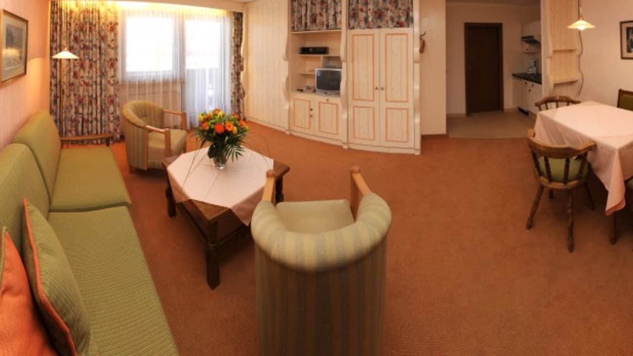 <h2>Appartement Typ 3</h2> Im großzügigen Appartement Typ 3 mit 52 m² können zwischen 2 und 4 Personen fein Urlauben. Das Appartement besteht aus einem separaten Schlafzimmer, einem Wohn-Schlafraum mit Ausziehcouch, kleiner Küche, Esstisch, Bad und Balkon.
