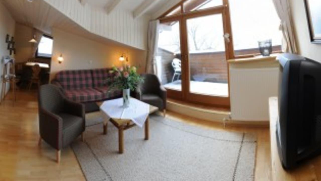"""<h2>Appartement Tirol</h2> Das größte Appartement und """"Schmuckkästchen"""" ist das Appartement Tirol mit 65 m² und eigener Dachterrasse – geeignet für 2 bis 5 Personen. Die Gäste erwartet ein separates Schlafzimmer mit Doppelbett und Ausziehbett, Wohnzimmer mit  Doppelbett, Küche mit Esstisch – alles mit antiken Tiroler Möbeln eingerichtet."""