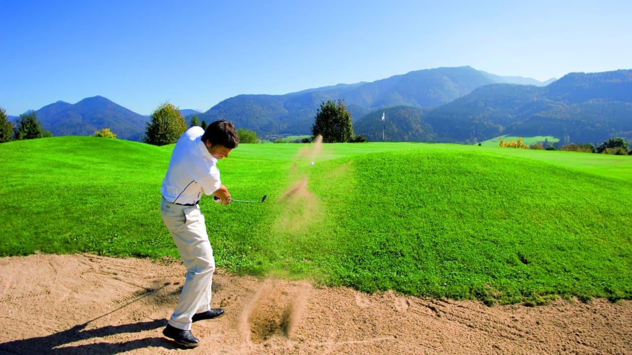 Seit 1989 ist die Golfanlage in Kössen geöffnet. Sie besticht vor allem durch eine einmalige Naturlandschaft und einer traumhaften Bergkulisse. (Foto: Tourismusverband Kaiserwinkl)