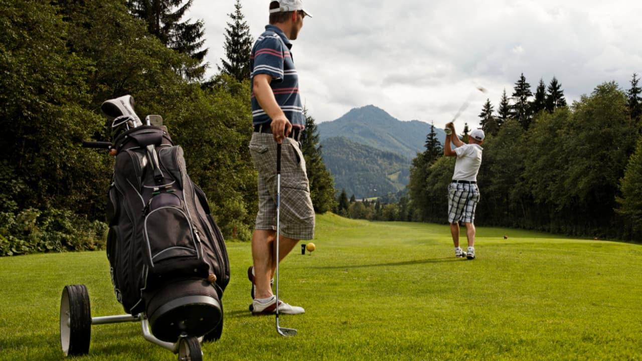 Erbaut wurde der Golfplatz von dem britischen Golfarchitekten Don Harradine. Landschaftsangepaßt bettete er den Golfplatz in den ausladenden Talkessel bei Kössen ein. (Foto: Tourismusverband Kaiserwinkl)