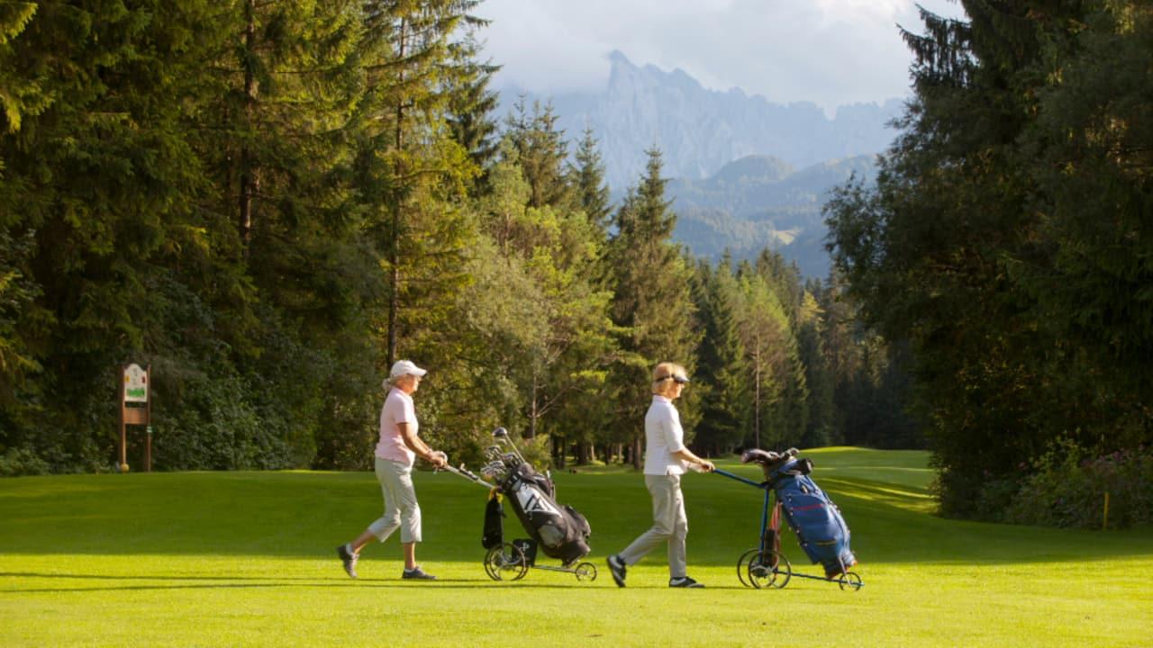 Gelegentlich gelangt man an sanften Anhöhen, jedoch muss der Golfer keine alpine Steigerungen überwinden. (Foto: Tourismusverband Kaiserwinkl)