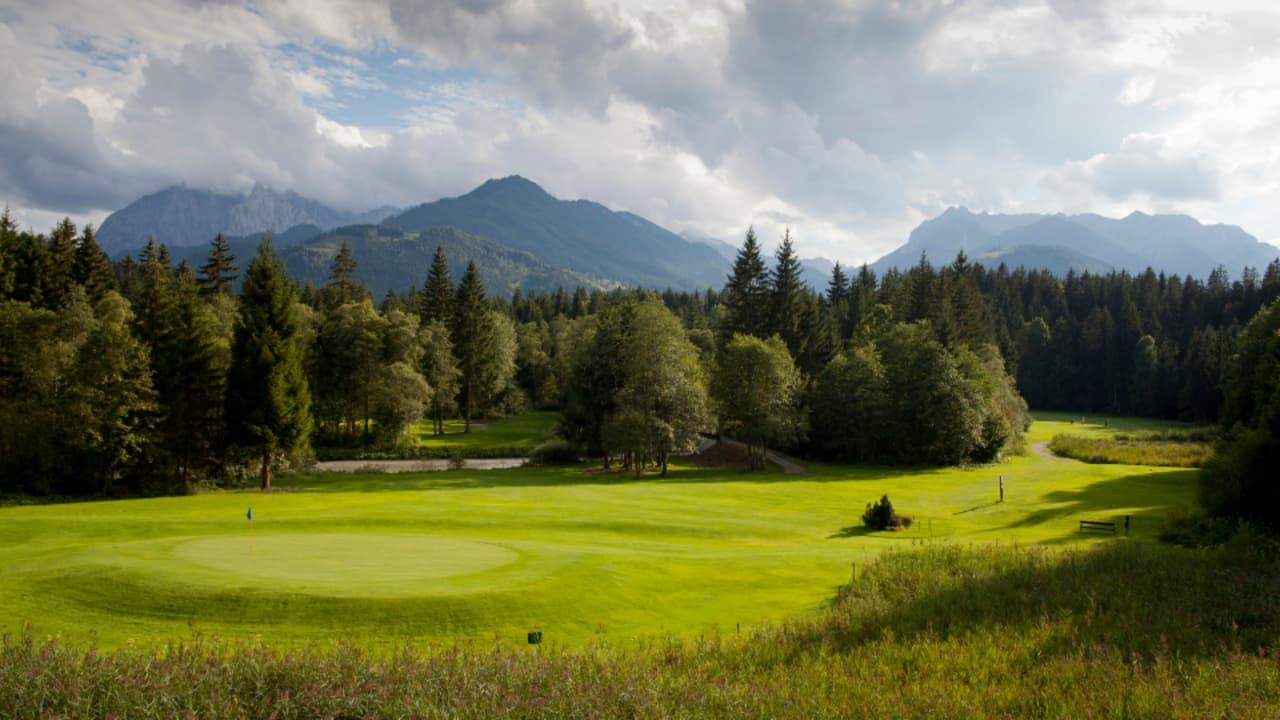 Herrausforderungen bieten sich vor allem durch die engen Spielbahnen und der dichten bewalderung entlang der 18-Loch. (Foto: Tourismusverband Kaiserwinkl)