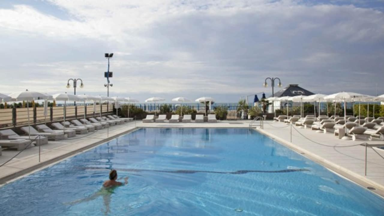 Am beheizten Pool kann man mit Blick auf das Meer die Seele baumeln lassen. (Quelle: Hotel Ril)