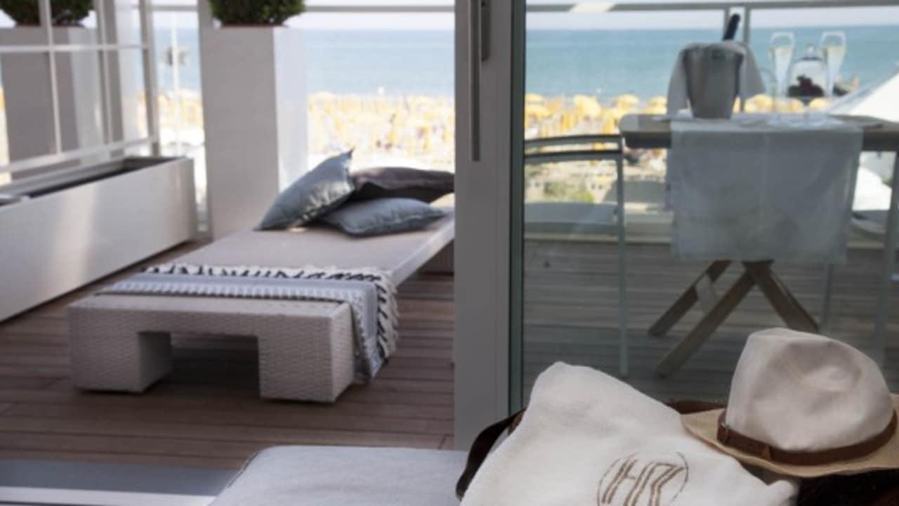 Von vielen Balkonen hat man einen tollen Blick auf das nahe gelegene Meer. (Quelle: Hotel Ril)