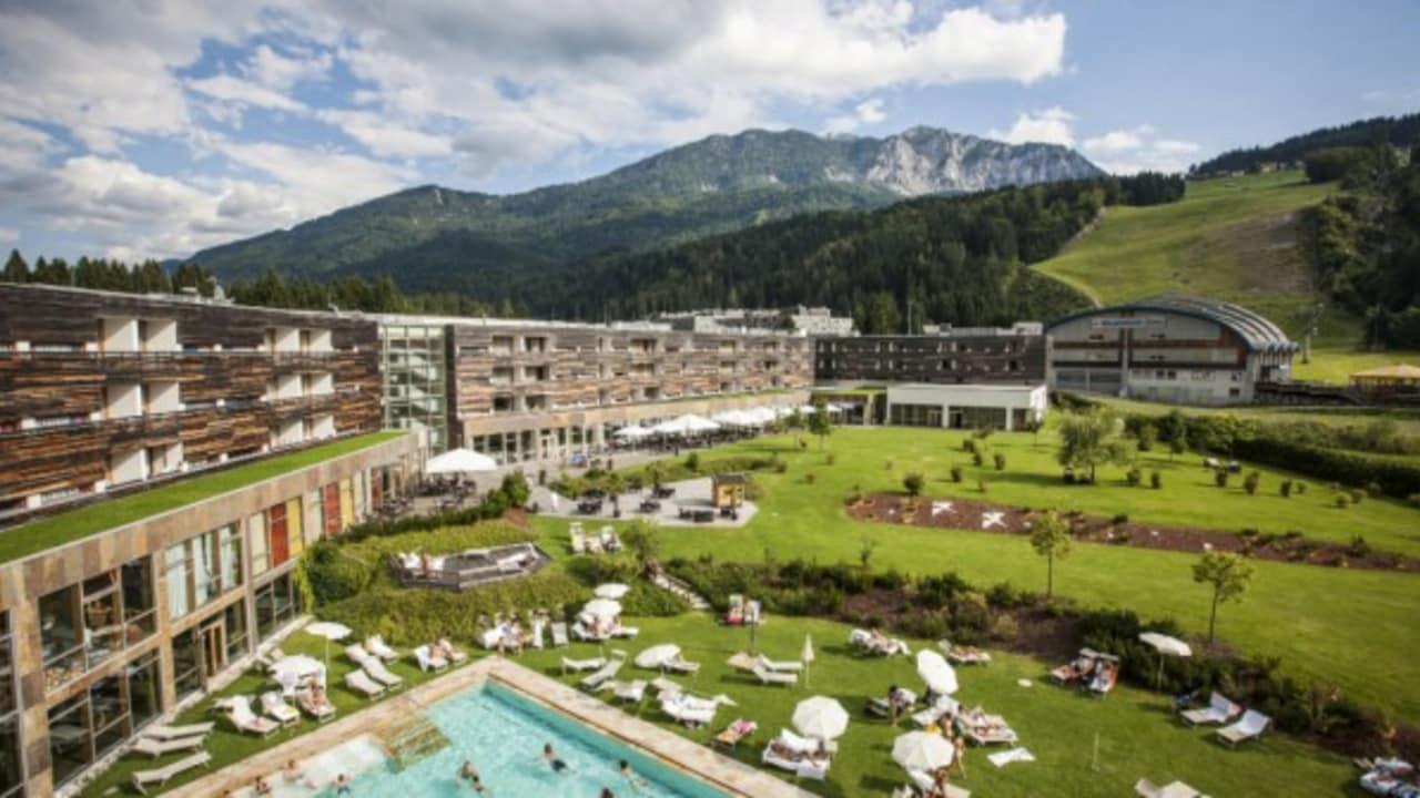 <h2>Das Hotel und der großzügige Garten</h2>Das durchaus große Hotelgelände bietet im Sommer viel Raum, um es sich auf den Sonnenliegen gemütlich zu machen. (Foto: Hotel & Spa Carinzia)