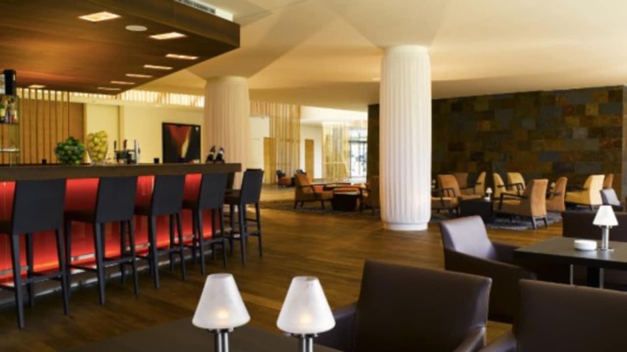 <h2>Drinks an der Bar</h2>Die Bar lädt zu einem entspannten Bier oder einem Cocktail ein. In gemütlicher Atmosphäre kann hier der Abend im Hotel & Spa Carinzia begonnen werden. (Foto: Hotel & Spa Carinzia)