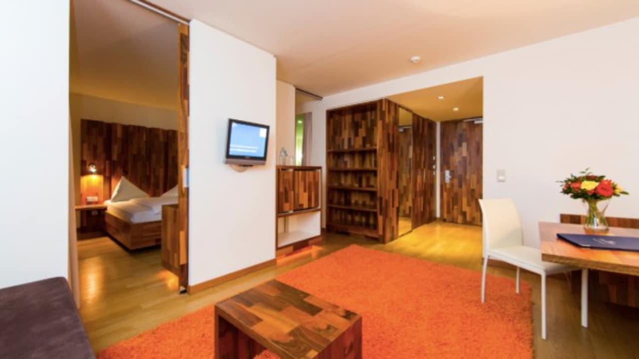 <h2>Andere Perspektive</h2>Auch der Wohnbereich der Junior-Suite ist großzügig gestaltet und bietet eine Menge Komfort. (Foto: Hotel & Spa Carinzia)