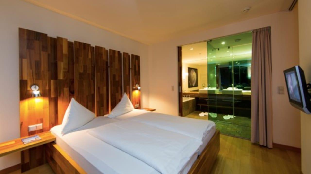 <h2>Großzügige Junior Suite</h2>In einer der geräumigen Junior Suiten mit toller Ausstattung und Panorama-Bad fühlen sich die Gäste rundum wohl. (Foto: Hotel & Spa Carinzia)