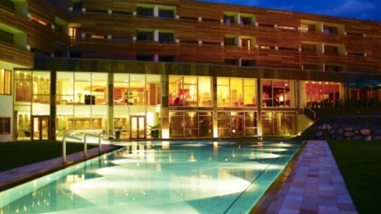 <h2>Bei Nacht</h2>Auch bei Nacht ist der Pool des Hotels ein echter Blickfang. (Foto: Hotel & Spa Carinzia)