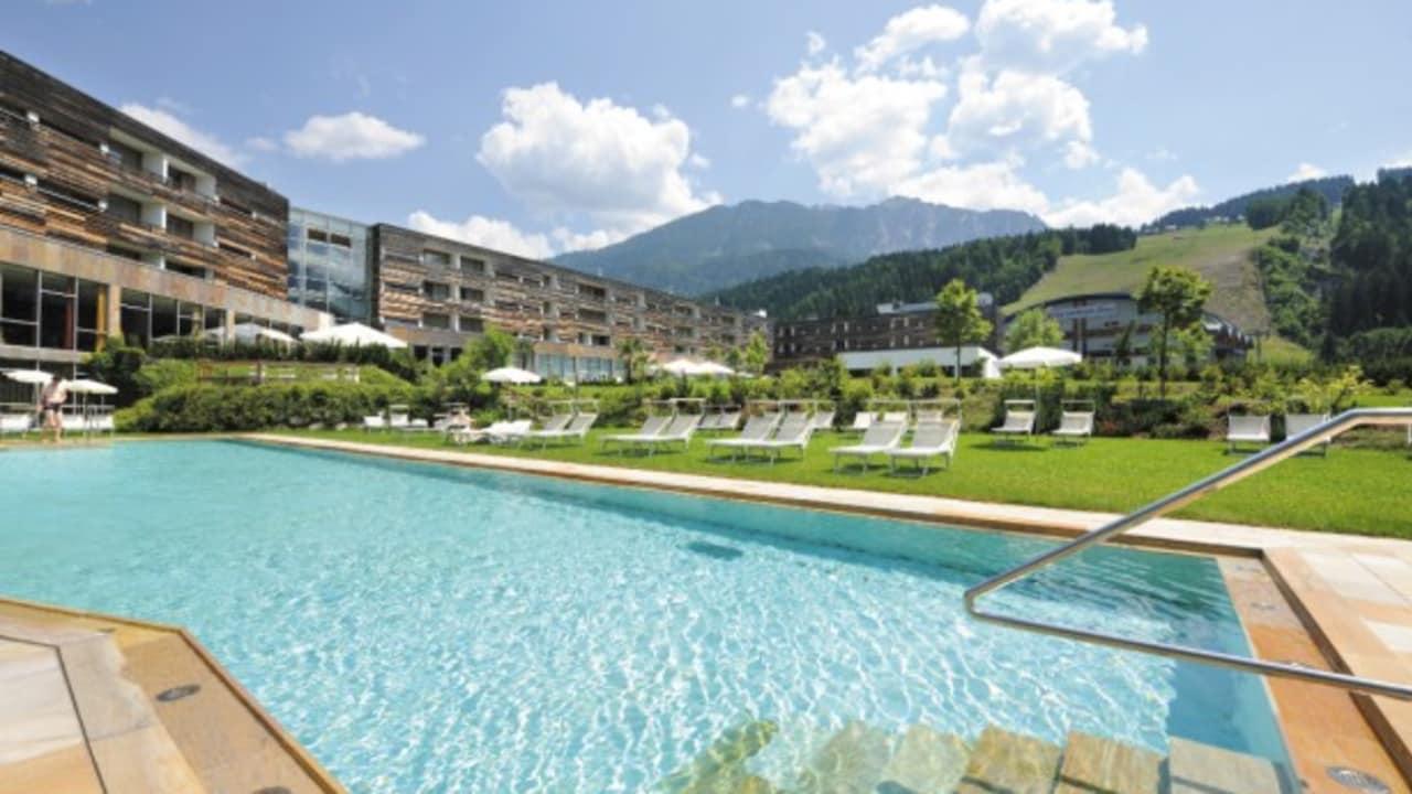 <h2>Der Hotelpool</h2>Auch Bewegung ist im Urlaub sehr wichtig. Nach dem Golf-Vergnügen kann zur Entspannung der Muskeln ein Bad im großen Pool genommen werden. (Foto: Hotel & Spa Carinzia)
