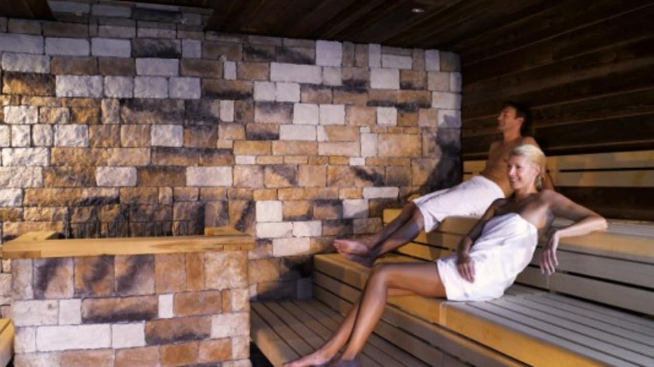 <h2>Entspannung in der Sauna</h2>In der Sauna machen sich die Gäste fit für den Abend oder den nächsten Tag. Das ist Wellness auf hohem Niveau. (Foto: Hotel & Spa Carinzia)
