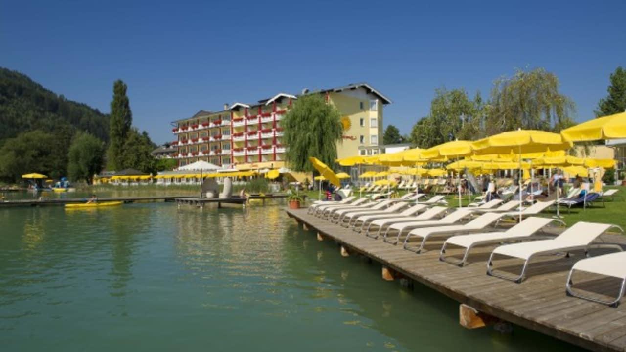 Gut entspannen lässt es sich auf dem Sonnendeck vor dem Hotel mit Möglichkeiten zum Schwimmen (Foto: Mateidl).
