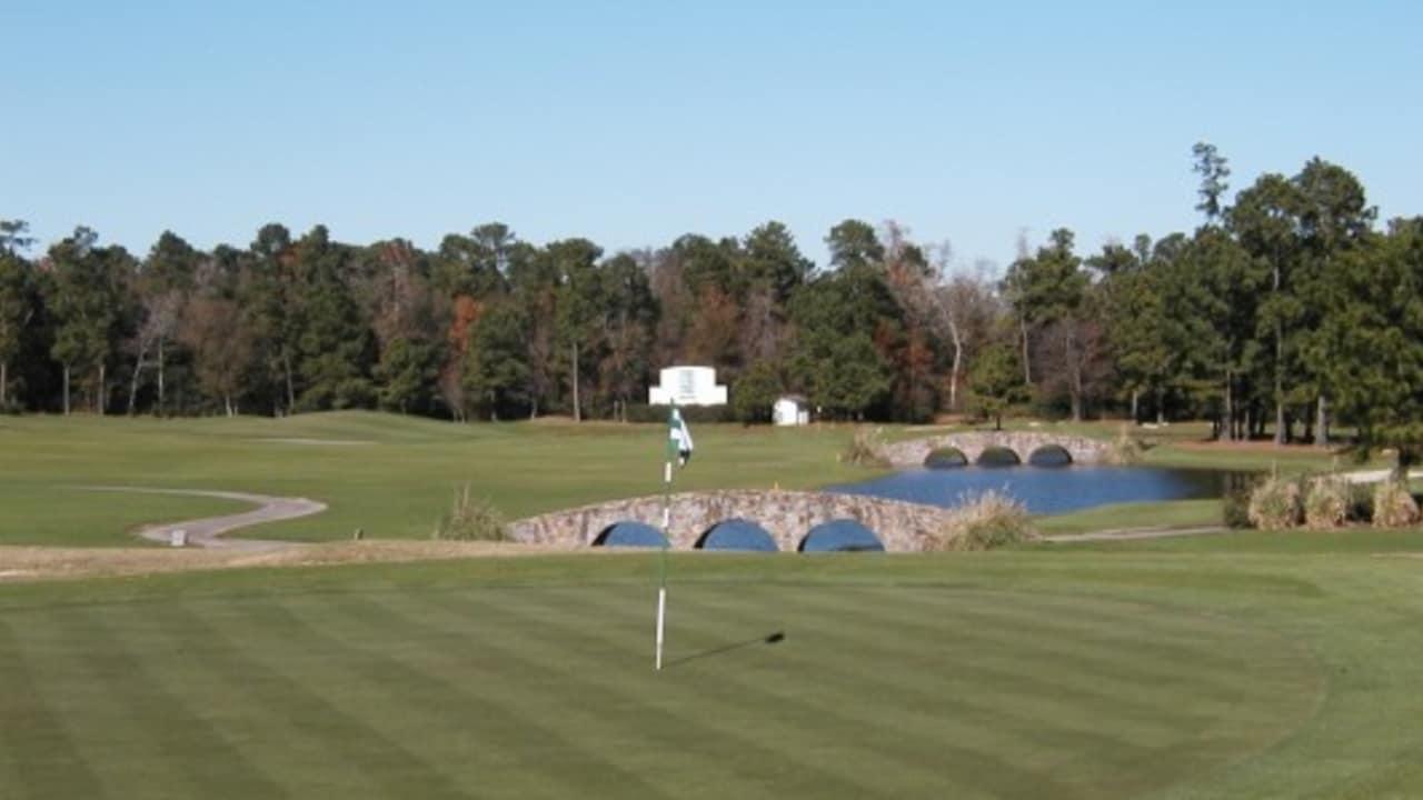 """Der Tour 18 Golf Course ist einer der spannendsten Golfplätze in Houston und preist sich selbst mit den Worten """"America's greatest 18 Holes"""" an. Was zunächst nach einem etwas überheblichen Statement klingt, ist buchstäblich zu verstehen: Die Architekten des Golfplatzes haben hier nämlich 18 Bahnen berüchtigter amerikanischer Golfkurse nachgebildet. (Foto: Greater Houston Convention & Visitors Bureau)"""