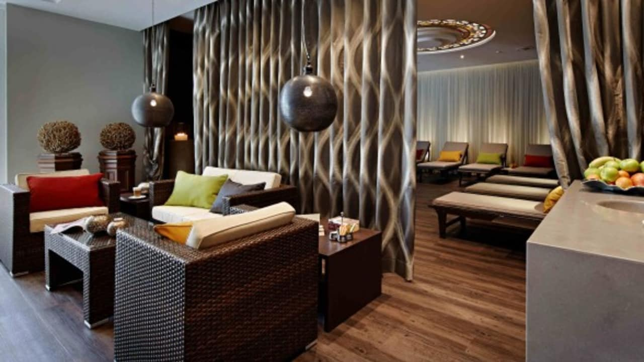 In der Spa-Lounge kann man entspannen und die 18-Loch nochmal Revue passieren lassen. (Foto: Lindner Hotel & Sporting Club Wiesensee)