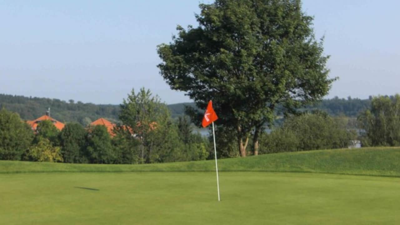 Der Golfplatz verfügt über 18 Loch und diverse Trainingsmöglichkeiten, in der malerischen Umgebung des Westerwalds. (Foto: Lindner Hotel & Sporting Club Wiesensee)