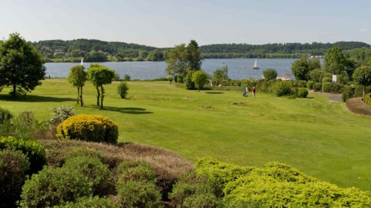 Auf dem öffentlichen 9-Loch Kurzplatz können Anfänger Ihre Golfkarriere voranbringen. (Foto: Lindner Hotel & Sporting Club Wiesensee)