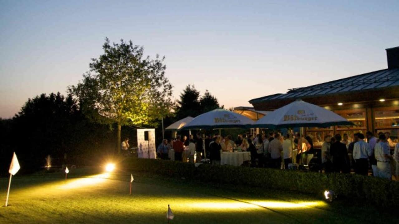 Das Clubhaus lädt sowohl nach der Runde, als auch wenn die Sonne schon untergegangen ist, auf ein Getränk und leckeres Essen ein. (Foto: Lindner Hotel & Sporting Club Wiesensee)