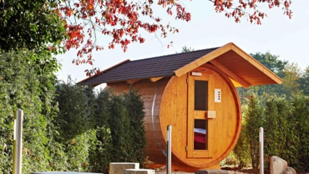 Die neu gestaltete Saunalandschaft verfügt auch über diese extravagante Sauna in Form eines liegendens Fasses. (Foto: Lindner Hotel & Sporting Club Wiesensee)