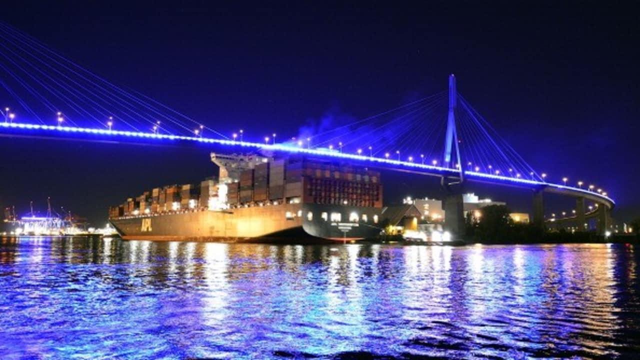 Der Hamburger Hafen bei Nacht. (Foto: Getty)