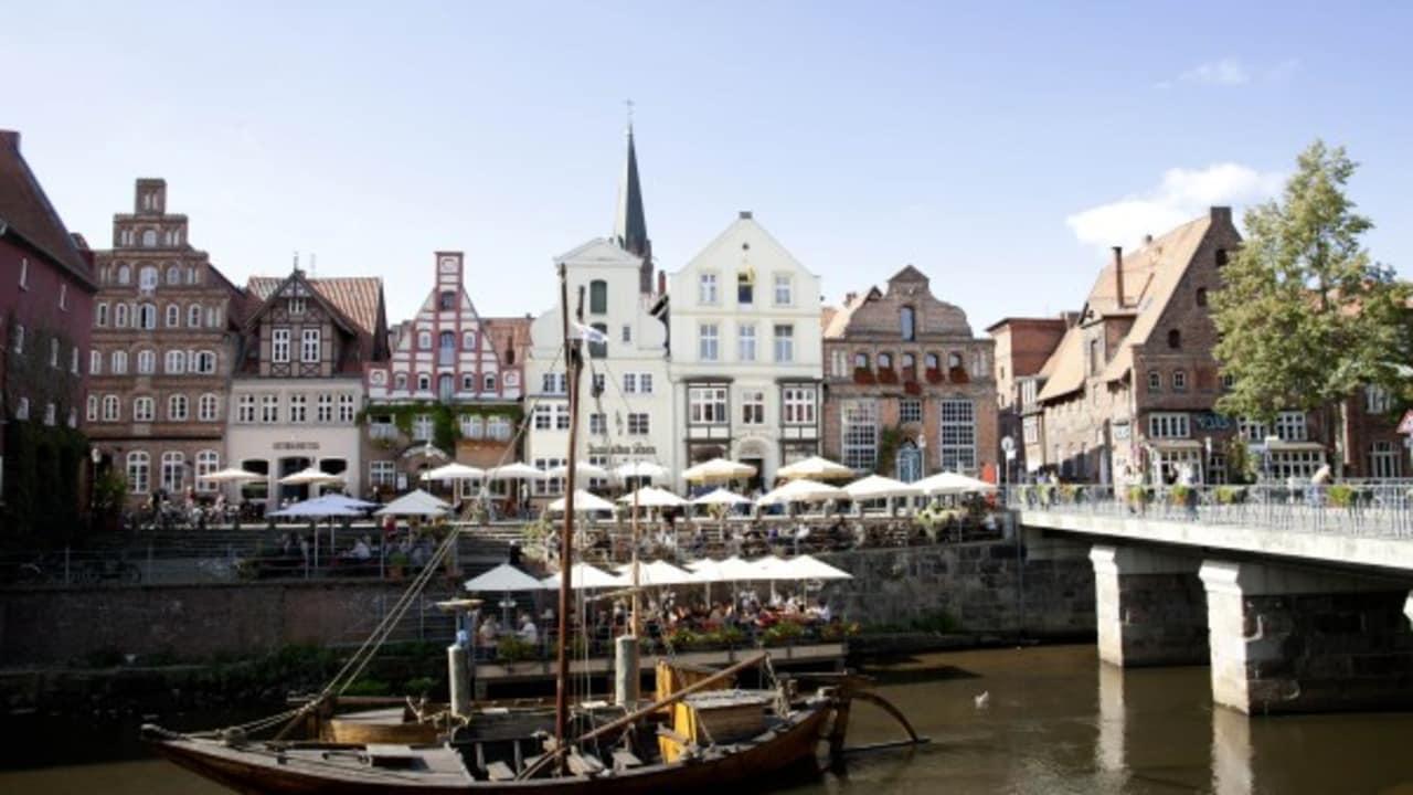 Segelboote lassen sich gut in Verbindung mit einem Besuch in einem der vielen Cafés am Stintmarkt Lüneburg beobachten. (Foto: Hamburg Marketing GmbH)