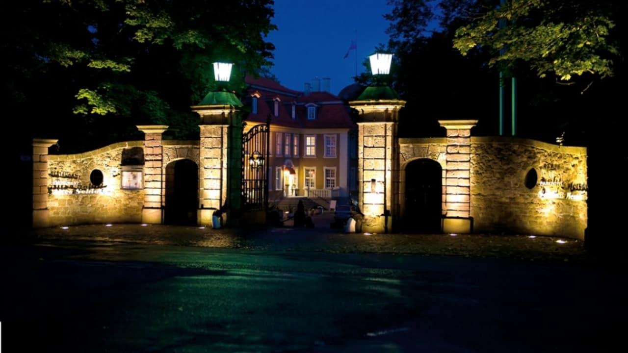 Bei einem abendlichen Spaziergang erstrahlt das ehemalige Schloss in ganz anderem Licht. (Foto: Parkhotel Schloss Meisdorf)