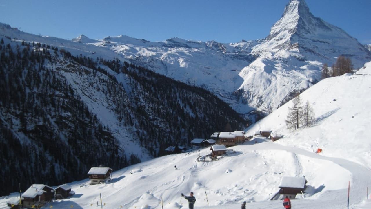 Piste in Zermatt - Im Hintergrund das imposante Matterhorn, dass als Inspiration für die Dreieckige Form der Toblerone Schokoriegel gilt (Foto: Dsearls)