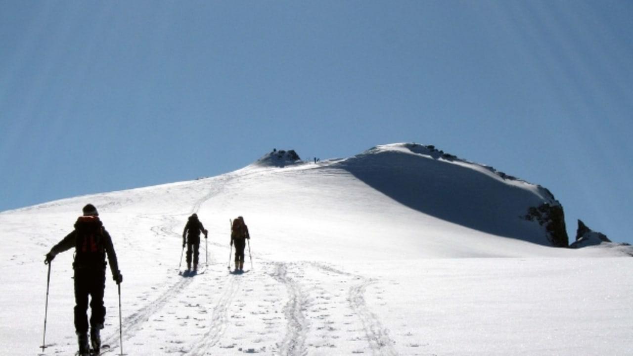 Drei Skibergsteiger nähern sich dem Gipfel des Grossstrubels auf 3240m in Adelboden (Foto: Ai@ce)