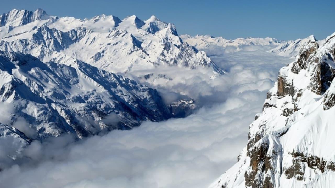 Aussicht vom Gipfel des Titlis über das wolkenverhangene Tal in Engelberg (Foto: Ragnar1984)