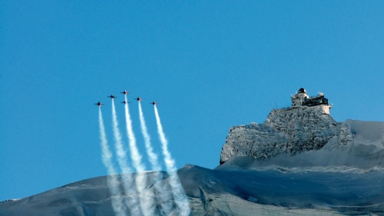 Eine Patrouille bestehend aus 6 Schweizer Jets der Klasse F5 Tiger überquert das Jungfraujoch: Europas höchstgelegene Bahnstation (Foto: HooLengSiong)