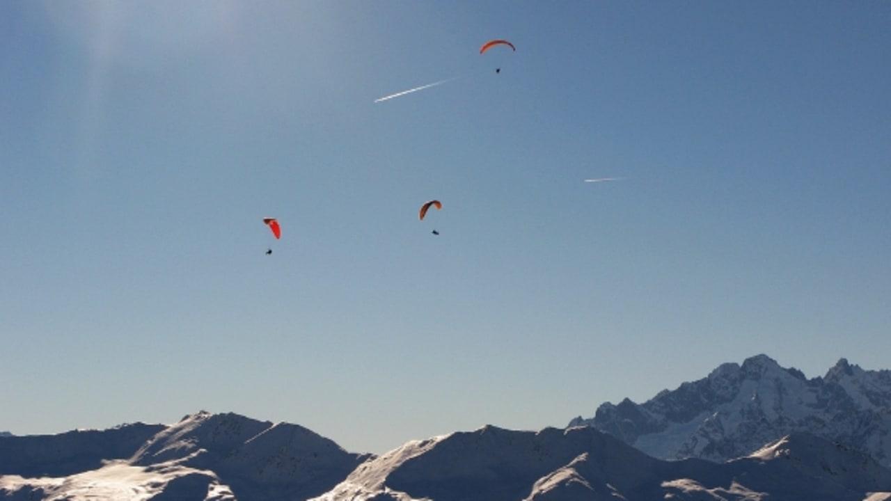 Drei Paraglider über der traumhaften Kulisse des 4 Vallées in Verbier (Foto: Leo-setä)