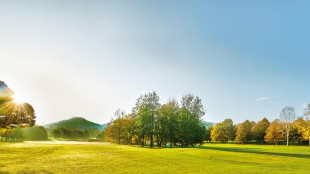 """<h2>Golfpark Klopeinersee – Südkärnten</h2> Die vielen Sonnenstunden und das milde Klima bringen schlagkräftige Vorteile: Die Golfsaison dauert hier bis in den November. Der """"Hausplatz"""" des ehemaligen Ski-Weltcup-Fahrers Rainer Schönfelder zeichnet sich durch seine großzügigen, sanft welligen bis hügeligen Fairways (Par 72) aus. Weniger konditionsstarke Golfer schätzen die breiten und wenig kupierten Spielbahnen, die aber auch Longhittern sämtliche Möglichkeiten bieten. Einzigartig ist der Panoramablick auf die umliegenden Berge Hochobir und Petzen. (Foto: Kärnten)"""