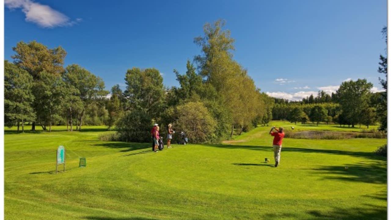 """<h2>Golfanlage Moosburg Pörtschach</h2> Nur drei Kilometer vom Wörthersee entfernt, 1992 mit dem """"Premier European Golf Course"""" ausgezeichnet, und ab 2006 mit """"first class superior"""" klassifiziert, befindet sich auf einem malerischen Plateau die Golfanlage Moosburg-Pörtschach. Die in einer Parklandschaft gelegene Anlage besteht aus einem 18-Loch-Platz (Par 72), einer 9-Loch-Anlage (Par 35) und einer angeschlossenen Golfakademie. Nicht nur Golfer lockt das Clubrestaurant an, über den Gourmettempel – so munkelt man – soll so mancher Sportmuffel bereits seine Passion für den Golfsport entdeckt haben. (Foto: Kärnten)"""