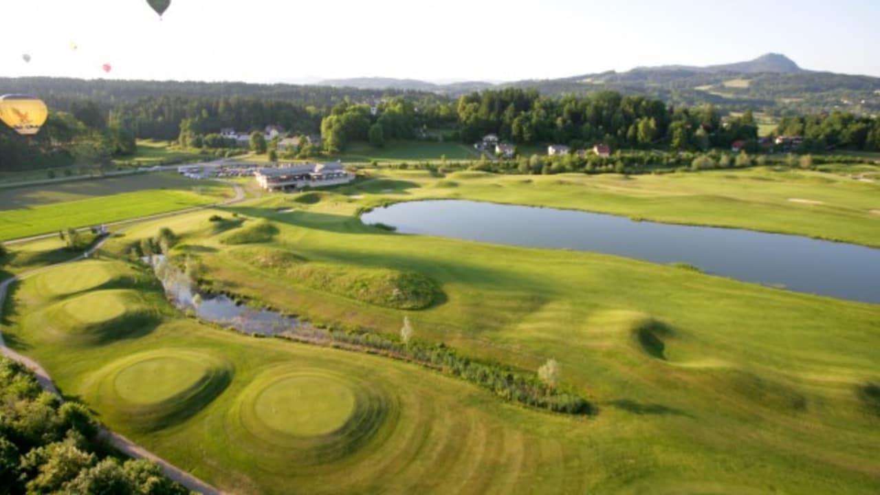 """<h2>GC Klagenfurt-Seltenheim</h2> Der von einem der renommiertesten amerikanischen Golfplatz-Designern gebaute Championship-Platz zählt zu den besten Plätzen Österreichs. Er vereint Charakteristika eines klassisch schottischen Links-Kurses mit Fairways und Greens im American-Style, wobei das Wasser permanent eine mehr oder weniger große Rolle spielt. Ein absolutes """"Must Play"""". Am 9-Loch Romantikkurs, der durch Waldgebiet führt, sind Hunde an der Leine erlaubt. Das Clubhaus mit seiner Terrasse wird außerdem nicht zu Unrecht als eines der schönsten im ganzen Land bezeichnet. (Foto: Kärnten)"""
