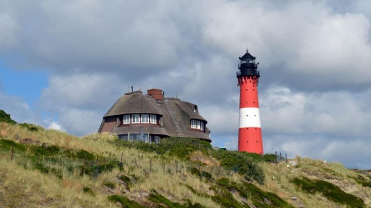 <h2>Leuchtturm bei Hörnum</h2> Auch die verschiedenen Leuchttürme auf Sylt sind typisch für die Nordseeinsel (Foto: flickr).