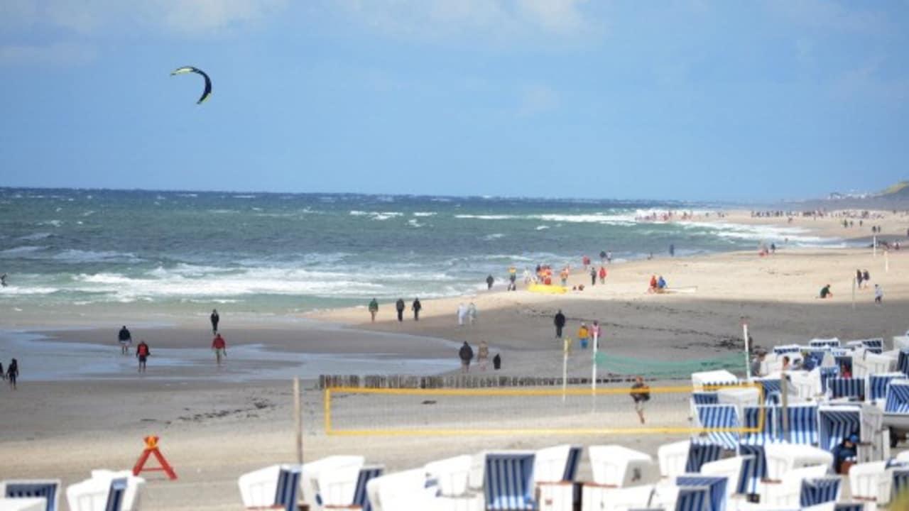 <h2>Strandkörbe in Kampen</h2> Wenn es mal etwas windiger ist, kann man sich gemütlich in seinen Strandkorb verkriechen (Foto: getty).