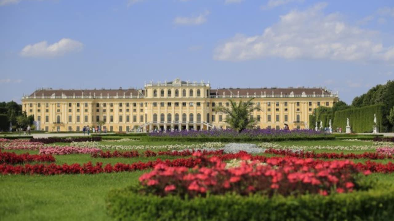 <h2>Schloss Schönbrunn</h2>Das Schloss Schönbrunn, die ehemalige Sommerresidenz von Kaiserin Sissi. Dort gibt es Prunk, Park und Palmen. Ein Tagesausflug ist eigentlich noch viel zu wenig dafür. (Foto: Getty)