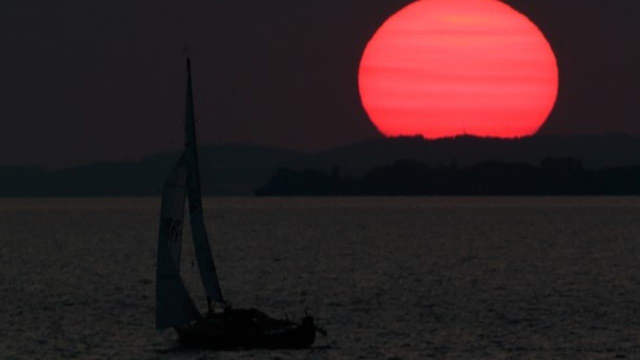 <h2>Boot im Abendrot</h2> Am Abend legt sich der Wind auf dem Bodensee und es kann in aller Ruhe der Hafen angesteuert werden. (Foto: Getty)