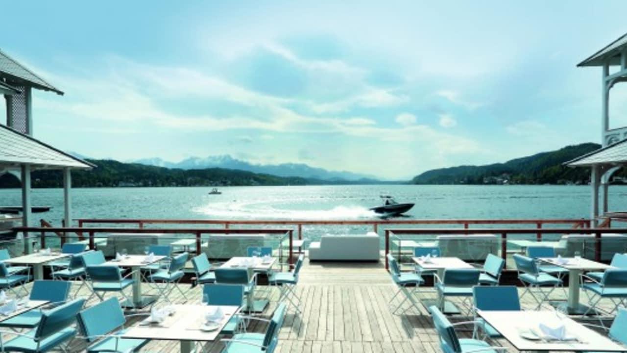 Der Beachclub bietet einen tollen Ausblick über den See. (Foto: Werzer's)