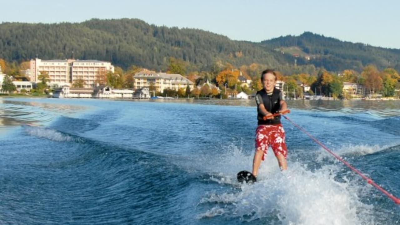 Auch sportliche Aktivitäten, wie Wasserski sind im Sommer beliebte Freizeitbeschäftigungen. (Foto: Werzer's)