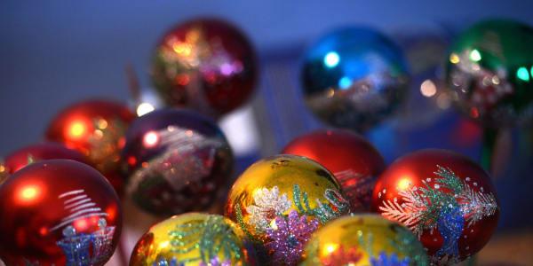 Weihnachtskugeln am Tannenbaum sorgen für eine weihnachtliche Stimmung - Merry Christmas. (Bild: Getty Images)