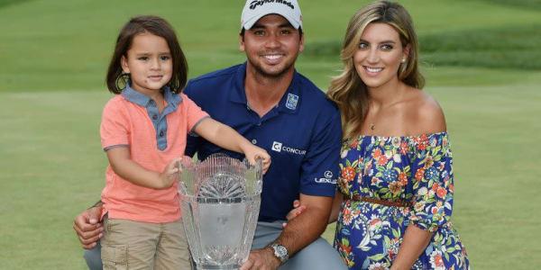 Jason Day mit seinem Sohn Dash und seiner Frau Ellie nach seinem Sieg bei The Barclays. (Foto: Getty)