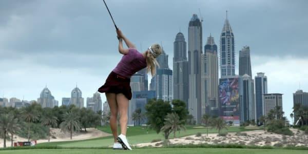 Macht stets eine gute Figur: Paige Spiranac vor der Skyline von Dubai. (Foto: Getty)
