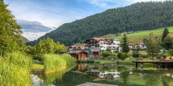 Das Hotel liegt im beschaulichen Weiler Gasteig, auf einer Anhöhe zwischen St. Johann in Tirol und Kirchdorf inmitten der Kitzbüheler Alpen im Herzen Tirols. (Foto: Gasteiger Jagdschlössl)