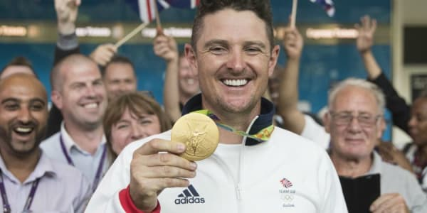 Justin Rose feiert den Gewinn der Goldmedaille beim ersten Olympischen Golfturnier seit 112 Jahren.